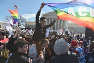 Multitud se concentra por segundo día ante Supremo EEUU por el matrimoni...
