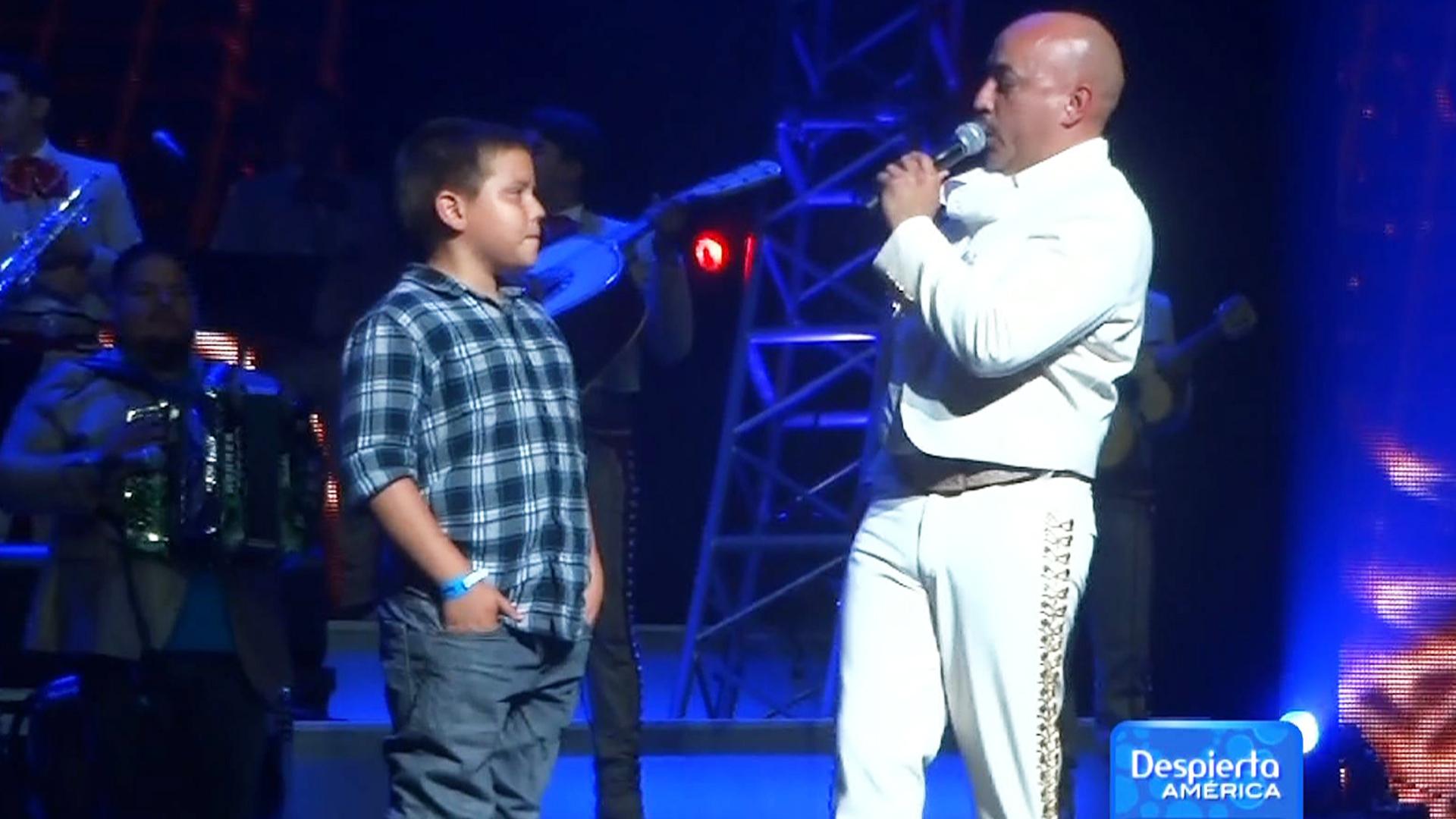 Gustavo Rivera asiste al concierto de Lupillo - Univision