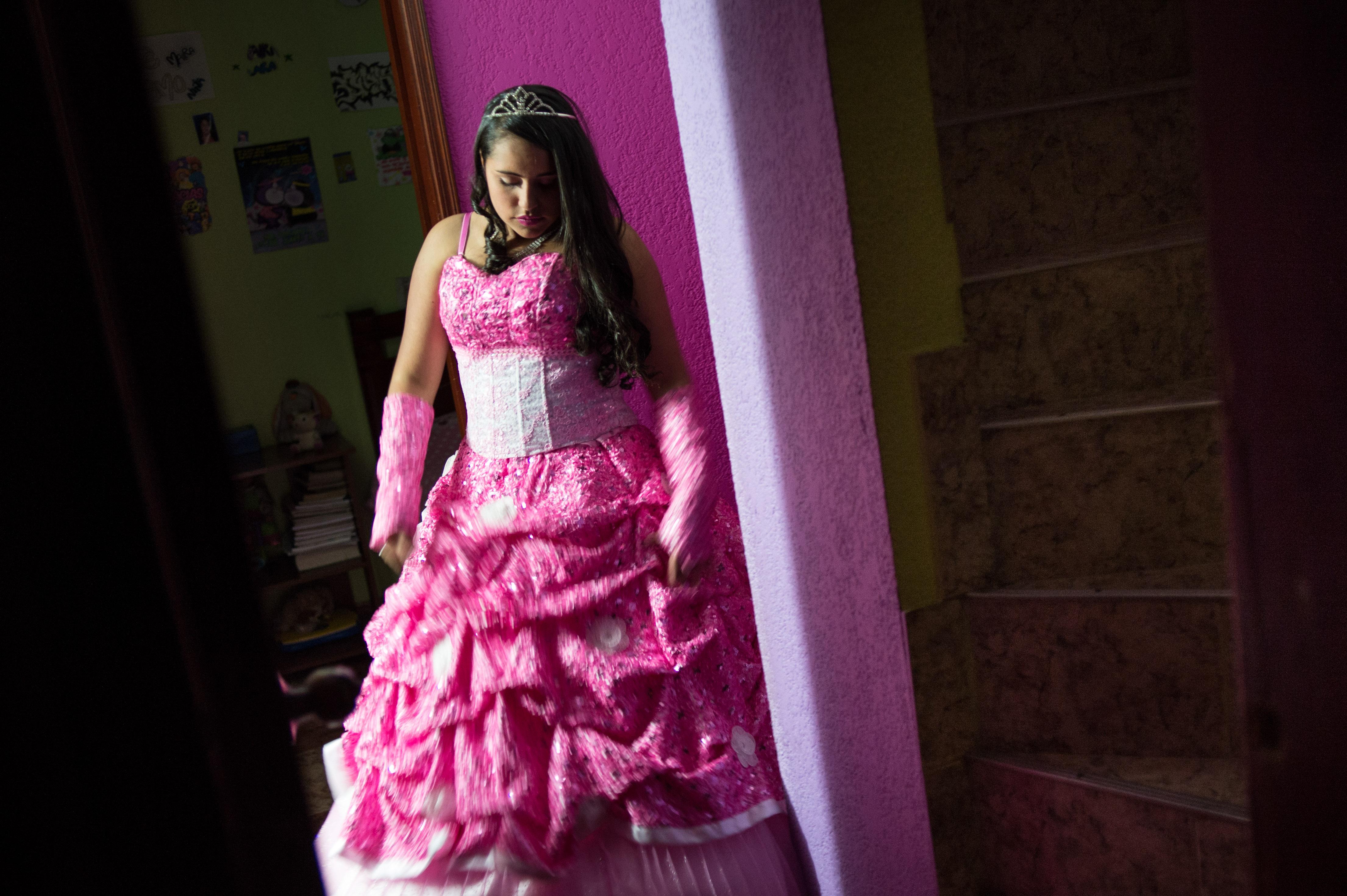 Quinceañera: cuando vestir de princesa a una niña de familia modesta ...