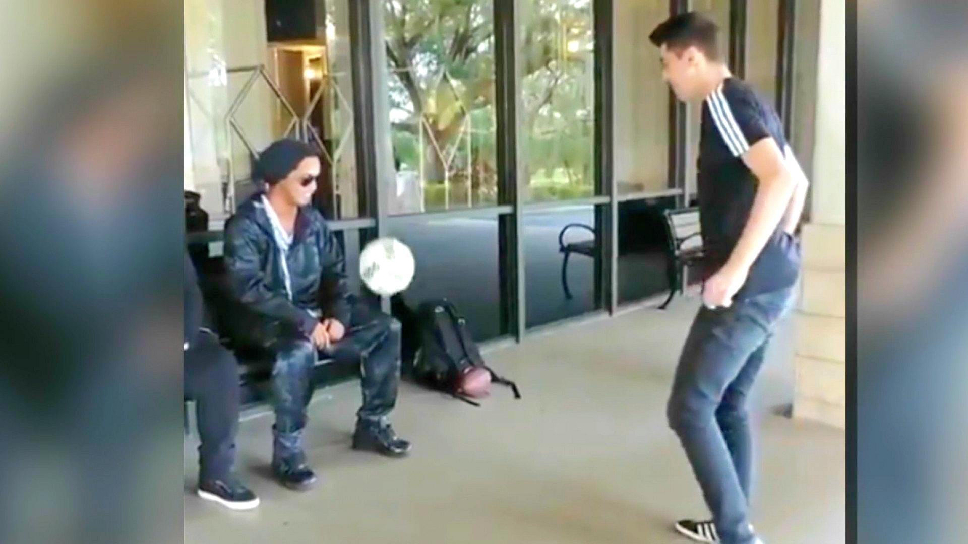 ¡Magia eterna! Ronaldinho, sentado y con gafas de sol, le sigue las dominadas a un freestyle