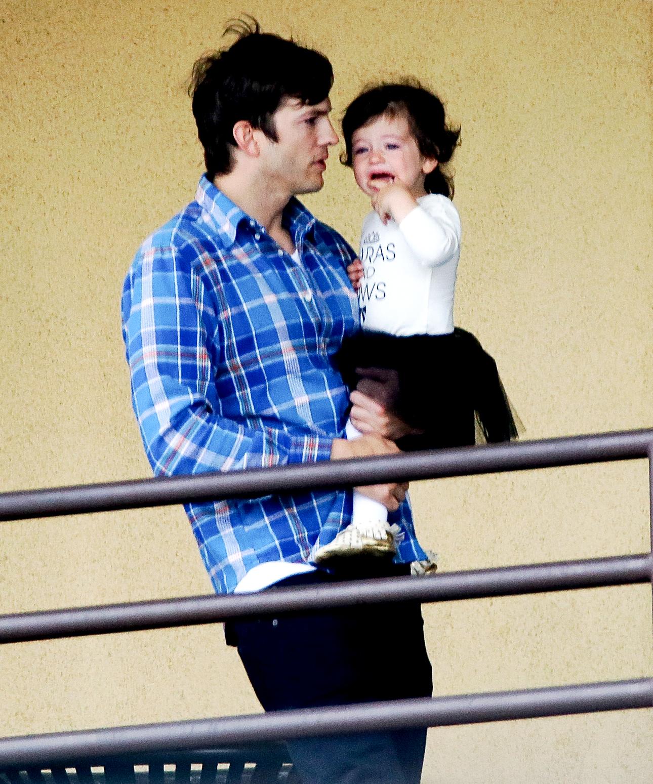 La Hija De Ashton Kutcher Y Mila Kunis Hace Berrinche