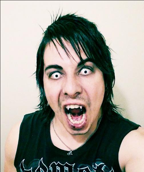 Amar A Muerte Capitulo 25: Un Hombre Maquillado De Payaso Y Con Cuchillas En Las