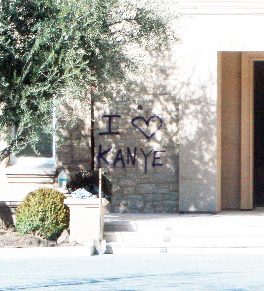 Casa de kim kardashian y kanye west llena de graffiti for Decoracion casa kim kardashian