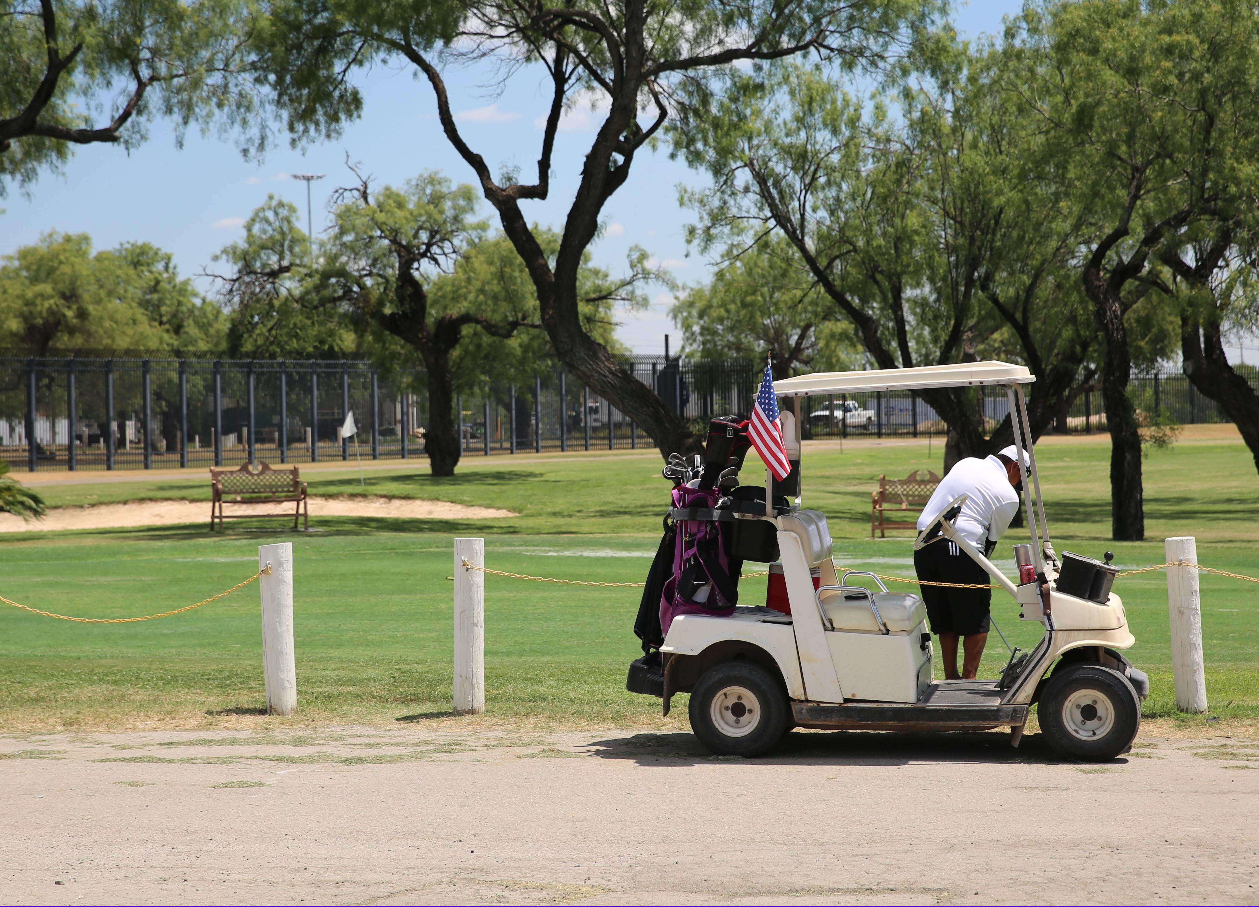 Un campo del golf atrapado entre el muro fronterizo y el río Grande ...