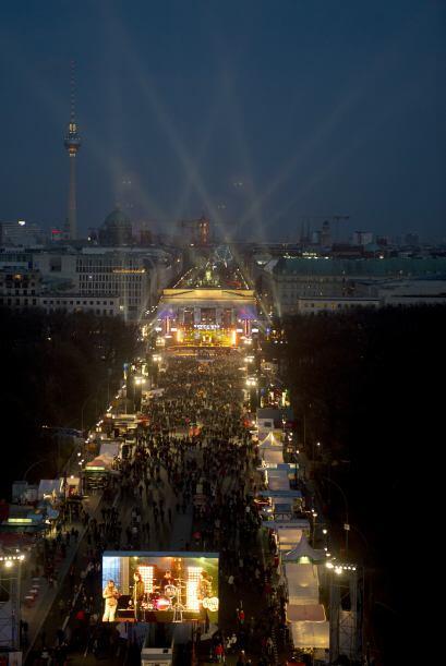La puerta de Brandenburgo en Berlin se iluminó para recibir el año nuevo.