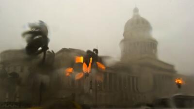 El edificio del Capitolio en La Habana recibe el embate de la Madre Natu...