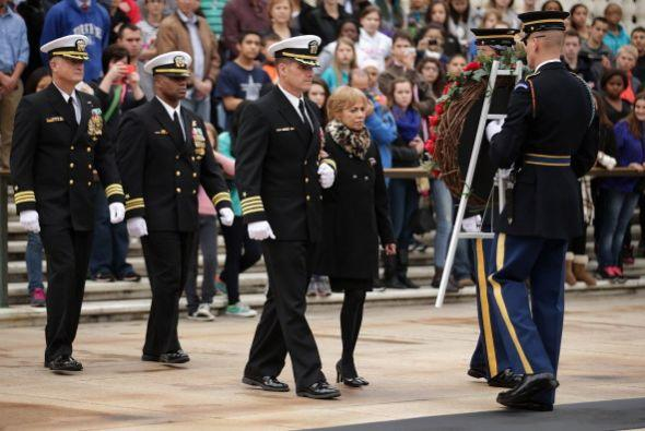 A las 8:30 de la mañana, con discretos honores militares, se presentó un...
