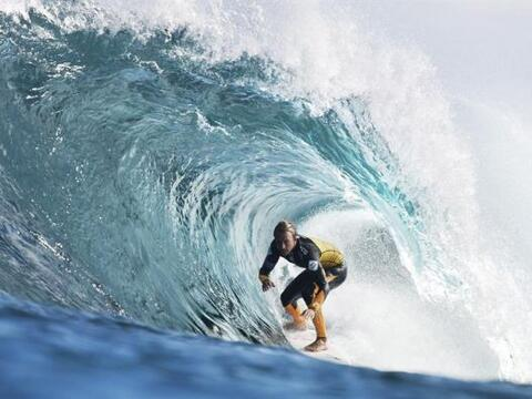 El surfista australiano Josh Kerr cabalga una ola en los cuartos de fina...