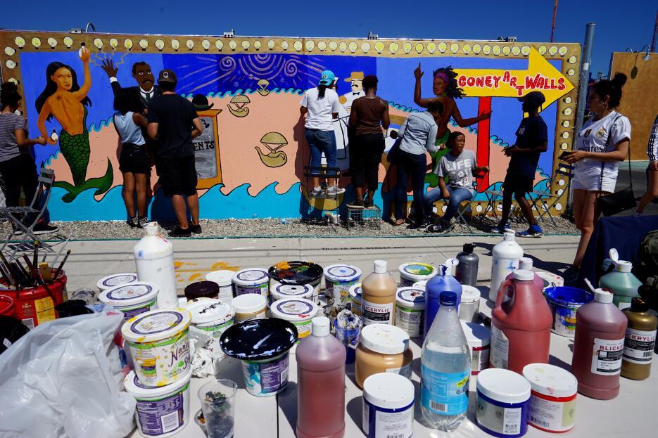 Estudiantes de escuelas secundarias participaron en la exhibición este año.