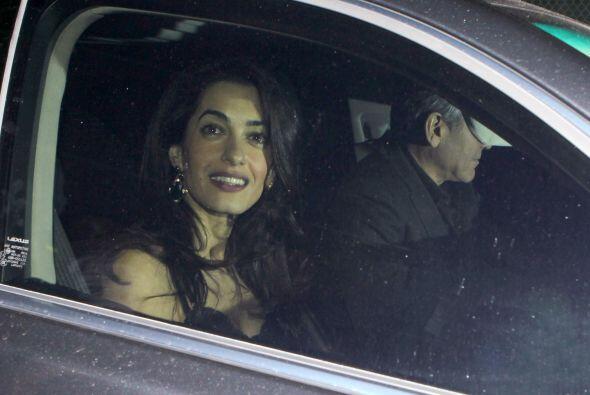 Mientras George intentaba huir de los paparazzi, Amal posaba para las cá...
