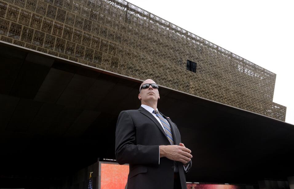 Un agente del Servicio Secreto afuera del museo durante la inauguración.
