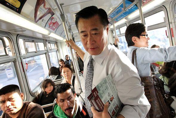 El también senador repartió literatura sobre su campaña en el Muni de la...