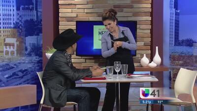 Nuestra Mesera Latina: ¿Cómo lidiar con un cliente coqueto?