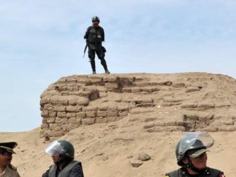 La policía peruana desalojó a unas 5,000 personas provenie...