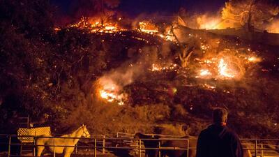 Las llamas del fuego Creek devoran ranchos en el barrio Shadow Hills, en...