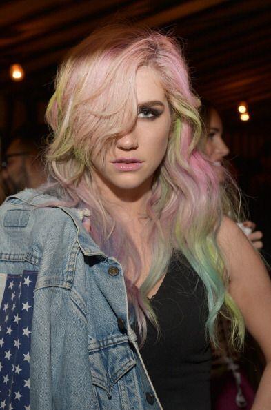 Ke$ha hace poco también se sumó a esta dulce moda pintando su cabello y...
