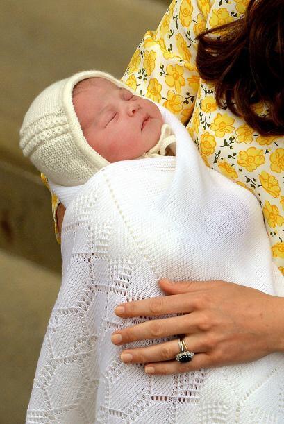Nuestro primer vistazo a la princesa Charlotte.