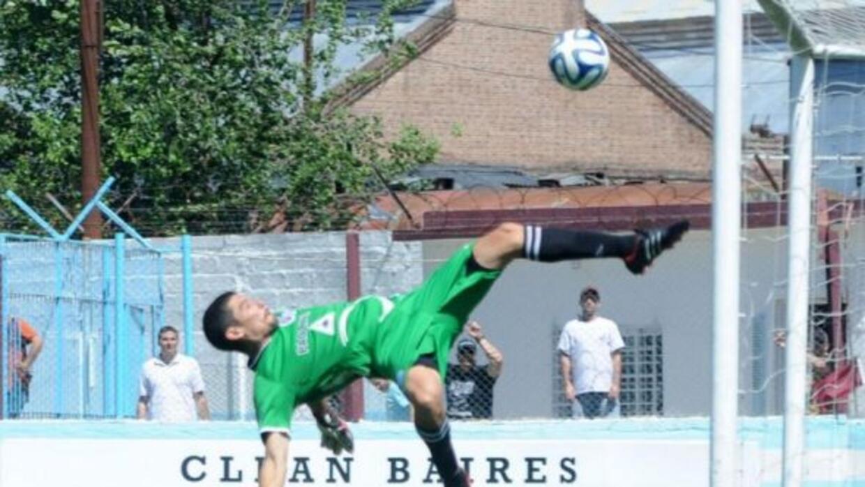 El portero de Urquiza realizó una espectacular jugada para evitar el gol.