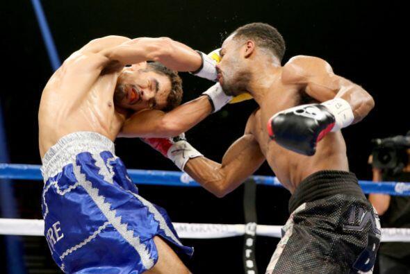 La pelea tuvo pocas acciones, los aficionados reprobaron la estrategia d...
