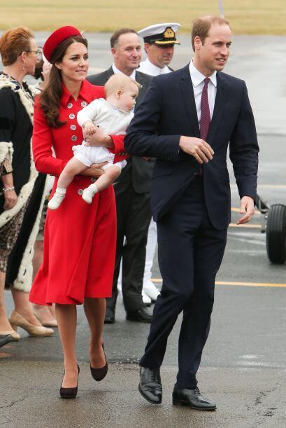 El primer día, Kate apareció con un increíble conjunto en color rojo, co...