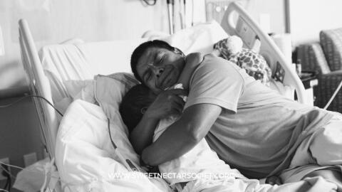 Adrián Gómez abraza a su hijo Hugo, poco antes de que muri...