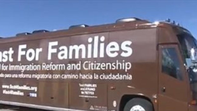 Uno de los buses de la caravana Fast for Families por la reforma migrato...