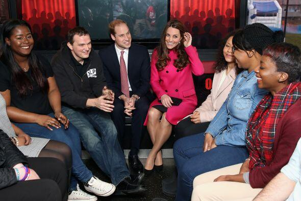 William y Kate conversando con jóvenes artistas.