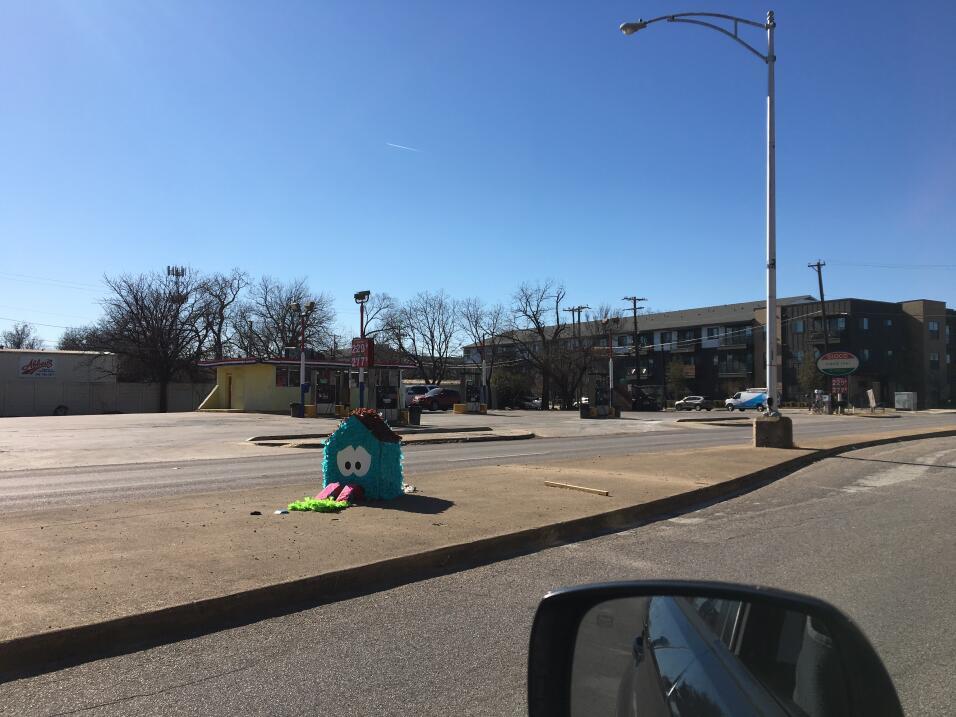 ¿Por qué estas tristes piñatas están abandonadas en las calles de Dallas...