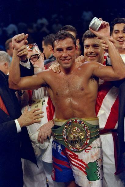De la Hoya ganó a Chávez por TKO, el mexicano ya no salió para el noveno...