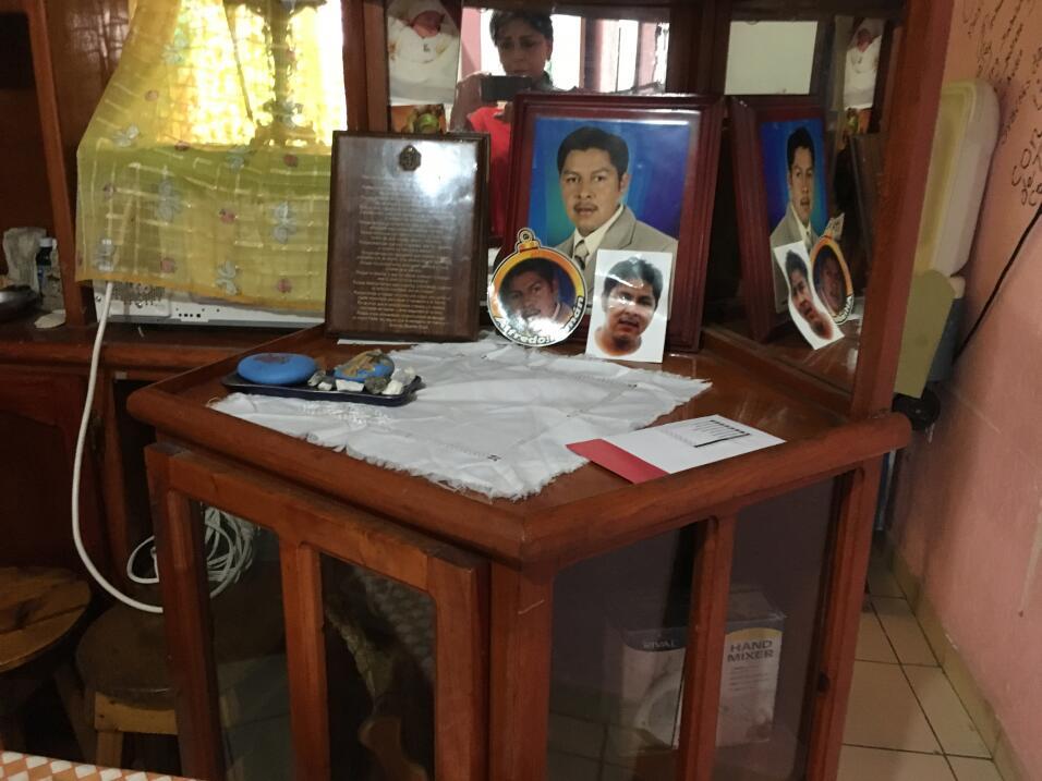 Este es el altar que preparó Celia García para su hijo Alf...