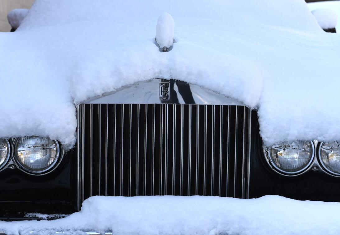 Rolls Royce cubierto por una gruesa capa de nieve en Greenwich, Connecti...
