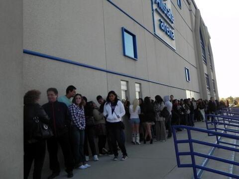 La fila se formó en Allstate Arena desde bien temprano y la misma...