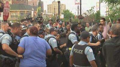 Un oficial balea mortalmente a una persona y se desatan fuertes disturbios con la comunidad de Chicago