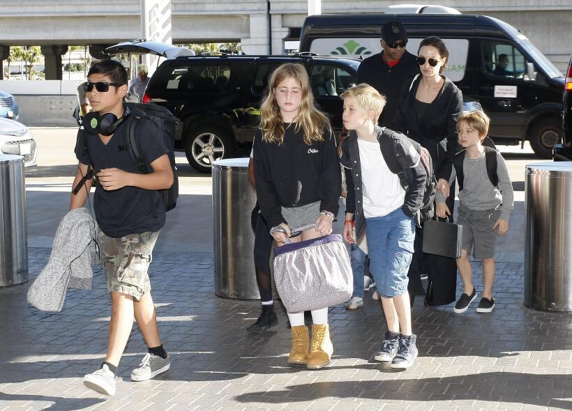 Angelina con sus hijos en el aeropuerto.