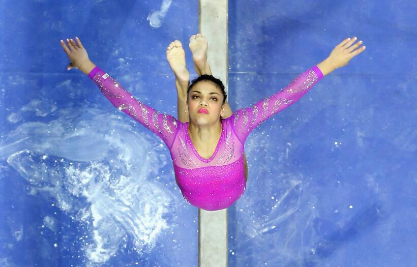 Laurie Hernández celebra haber permanecido enfocada y sin rendirse.