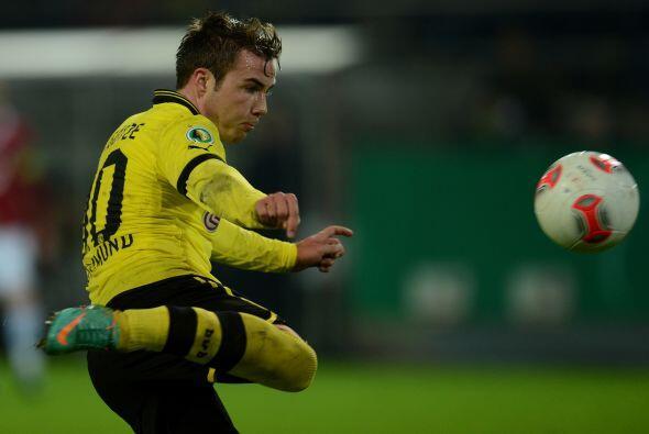 Götze hizo otros dos de los seis goles que convirtió el Borussia Dortmun...