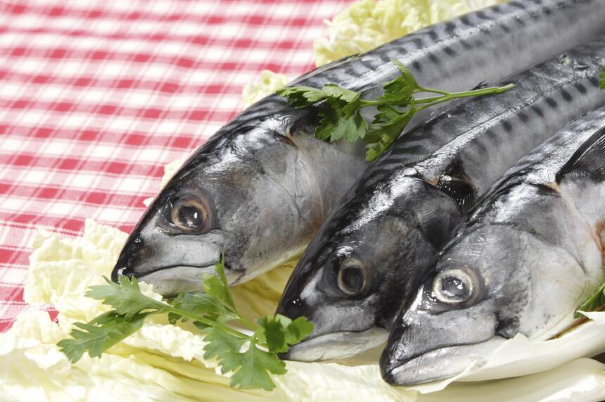 Incluir alimentos ricos en ácidos grasos Omega 3 como el salmón, las sar...