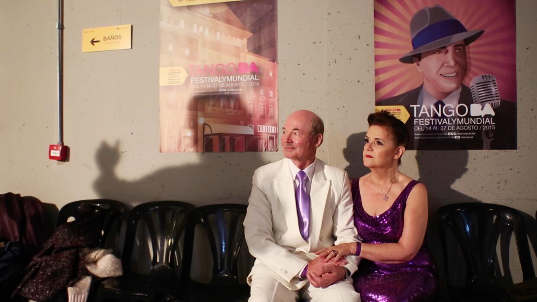 Ana Campistrus y su esposo Martin Mondre esperan su turno al escenario.