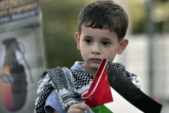 Un niño sostiene una bandera palestina cerca de la embajada israe...