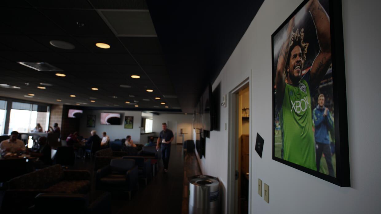 Poniendo una foto suya en los corredores del estadio, otras de las forma...