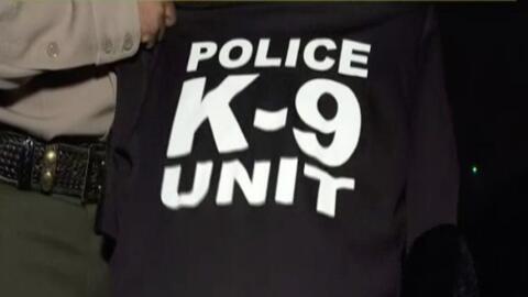 Un agente del Sheriff muestra la playera que habría usado un homb...
