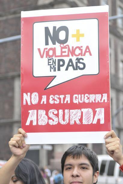 Con carteles de no más violencia y no más sangres, los manifestantes en...