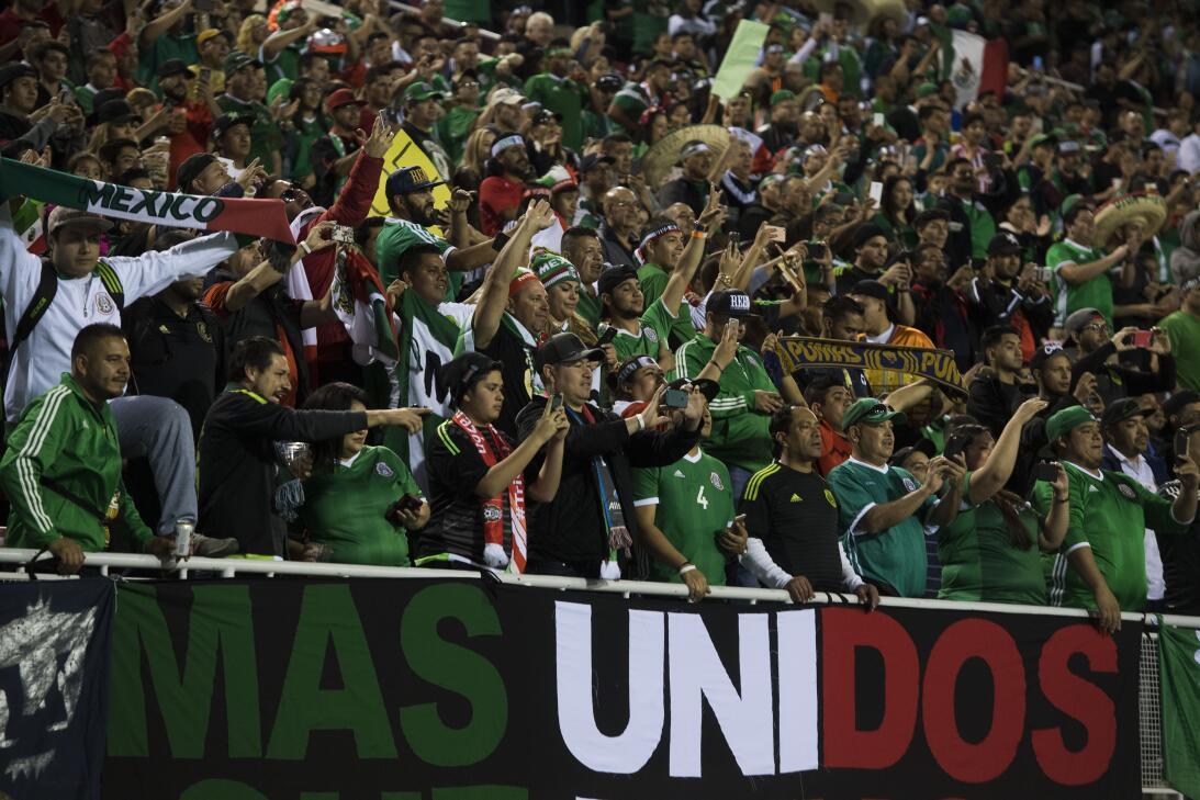 La fiesta de los mexicanos en el partido contra Islandia 20170208_2142.jpg