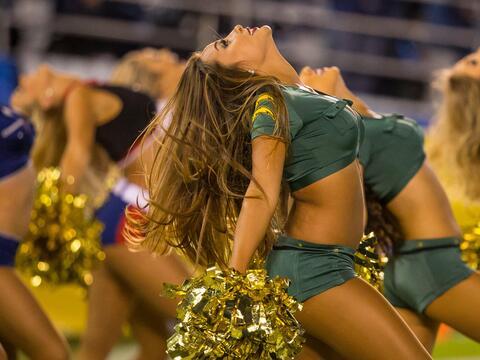 Las bellezas de la NFL también hacen honor a los militares de los...