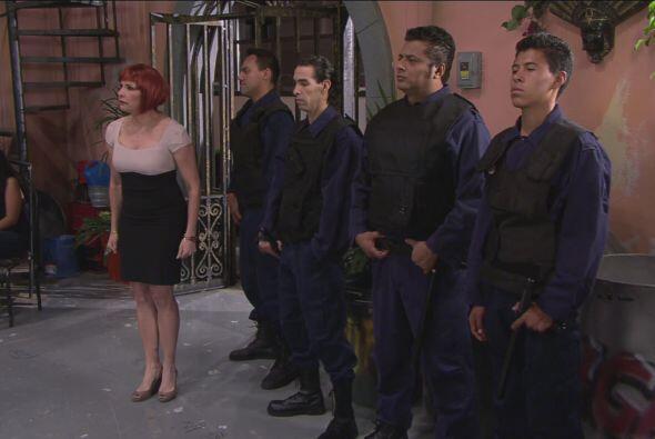 Anita cuidó a los guapos y fuertes cadetes que Don Chava alquiló para la...