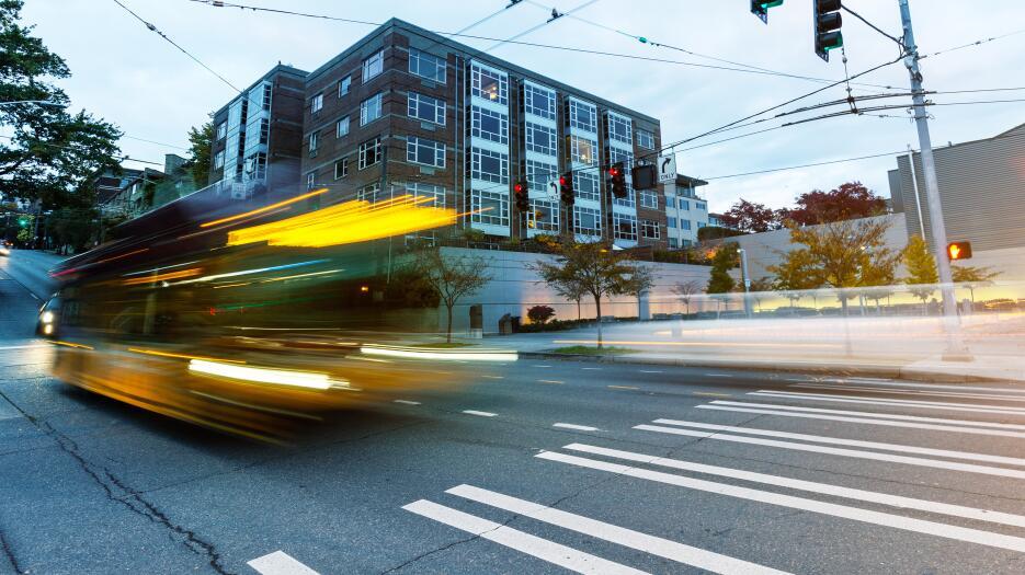 Cada vez más gente está usando buses y transporte público en Seattle.