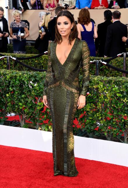 La latina brilló con un vestido verde olivo con transparencias, del dise...