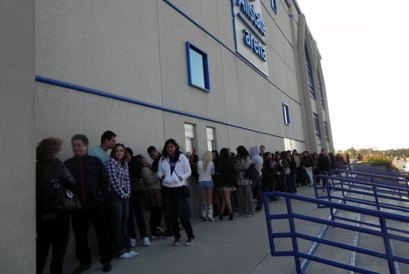 La fila se formó en Allstate Arena desde bien temprano y la misma daba u...