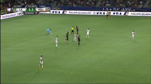 Tarjeta amarilla. El árbitro amonesta a Mauro Manotas de Houston Dynamo