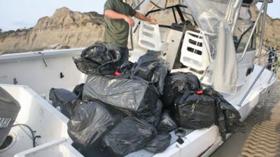 Abandonan en playa de California una embarcación cargada con una tonelada de marihuana